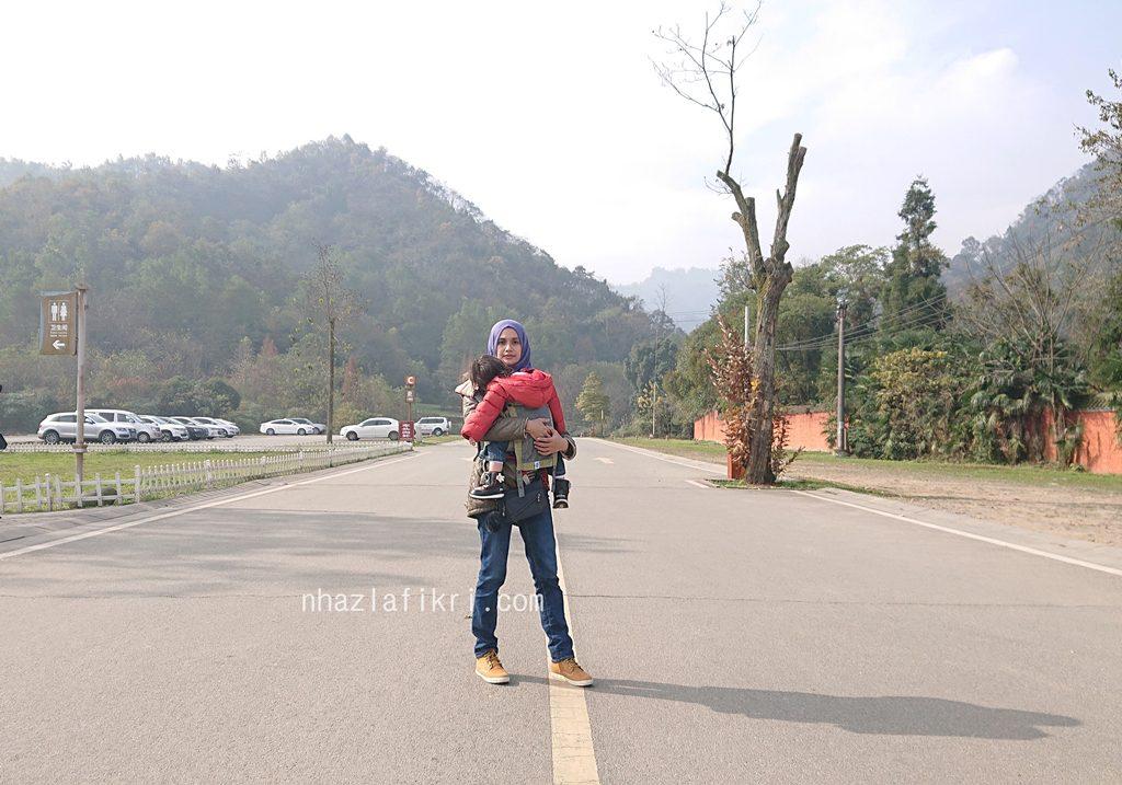 Bersama anak panjat Mt. Qingcheng di Dujiangyan, China